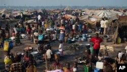 Kira-kira separuh warga kota Bangui atau sekitar 513 ribu orang terpaksa mengungsi dari rumah mereka (foto: dok).