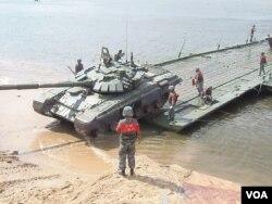 中国军队参加了去年在奥卡河上的军事比赛活动。