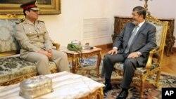 Tổng thống Ai Cập Mohamed Morsi (phải) tiếp kiến tân Bộ trưởng Quốc phòng Abdel-Fattah el-Sissi
