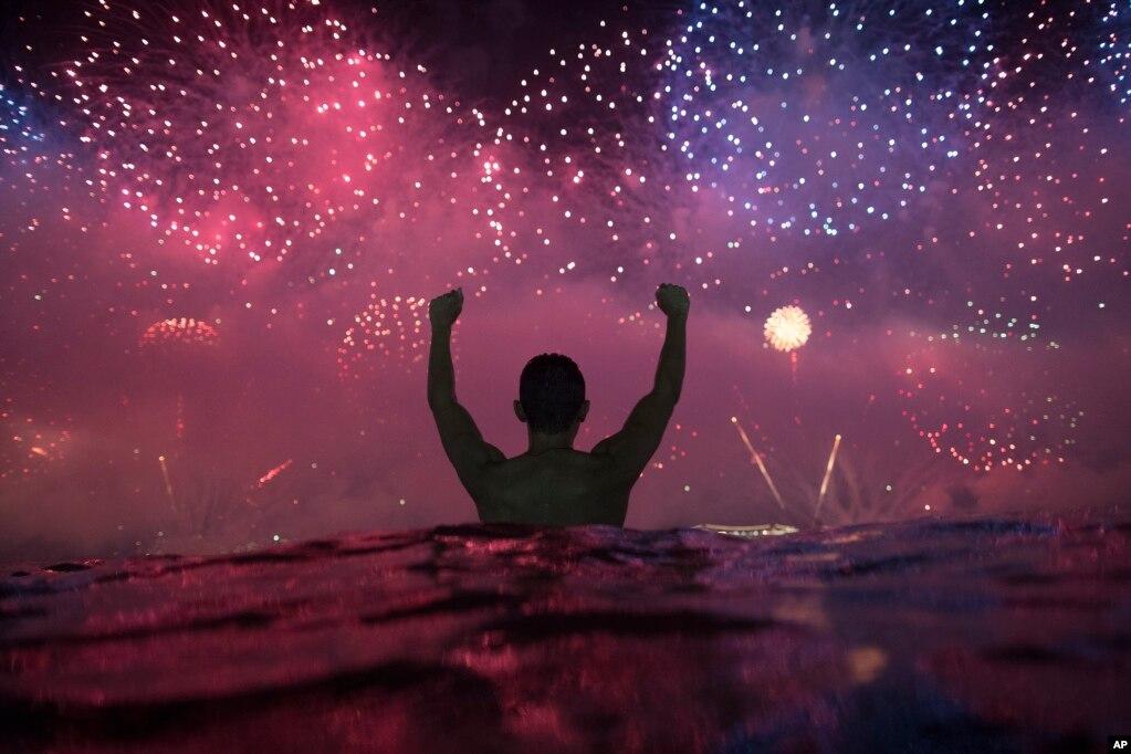 브라질 리우데자네이루 코파카바나 해변 위로 새해맞이 불꽃이 터지고 있다.