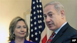 US Secretary of State Hillary Clinton (L) listens as Israeli PM Benjamin Netanyahu speaks to reporters during a meeting in New York, 11 Nov 2010