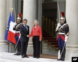法国总统萨科奇迎接参加利比亚之友会议的美国国务卿克林顿(9月1日)