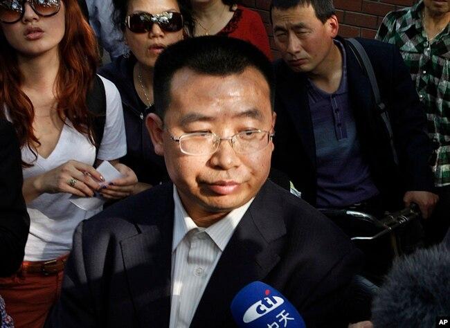 2012年5月2日,中國人權活動家蔣天勇對醫院外的記者講話。