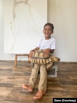 Sedmogodišnji Luka i kornjača Lola u studiju Zane Ranđelović Braun.