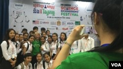 "Dr. Geraldine Richmond, US Science Envoy to Southeast Asia, poses for photos with Cambodian high school students after her talks on ""Why I love being a scientist,"" at the Science and Engineer festival in Cambodia, on March 10, 2016. (Nov Povleakhena/VOA Khmer)"