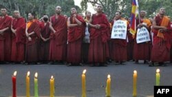 Tăng sĩ Tây Tạng sống lưu vong tổ chức buổi đốt nến cầu nguyện trong thủ đô New Delhi, Ấn Ðộ bày tỏ tinh thần tương thân với nổi thống khổ của người dân ở Tây Tạng