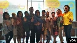 """Para Caleg perempuan beserta para panelis dalam acara """"Diskusi """"Perempuan Bersuara! Dialog Caleg Perempuan Merespons Agenda Politik Keterwakilan Perempuan di Pemilu 2019,"""" di Jakarta, Minggu (3/3) (Foto: VOA/Ghita)"""