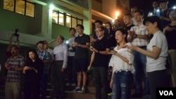 20多名港大校友到港大校園舉行燭光集會,悼念港大學術自由已死。(美國之音湯惠芸攝)