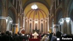 Paus Fransiskus berdiri di altar Katedral Kampala saat misa terbuka di Kampala, Uganda, 28 November 2015.