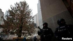 Unidades contraterrorismo están dispuestas por toda la ciudad para garantizar la seguridad durante la tradicional celebración de año nuevo en Times Square.