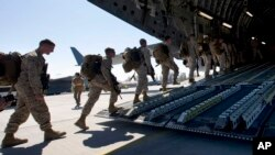 Binh sĩ Thuỷ quân Lục chiến Mỹ lên máy bay vận tải quân sự tại căn cứ quân sự Manas bên ngoài thủ đô Bishkek của Kyrgyzstan. (Ảnh tư liệu năm 2012).