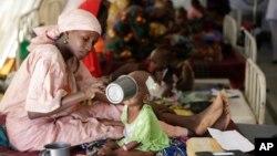 مادری به فرزندش در یکی از اردوگاههای «پزشکان بدون مرز» غذا می دهد.