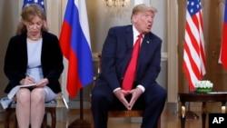 Президент США Дональд Трамп и переводчик Марина Гросс во время американо-российского саммита в Хельсинки. 16 июля 2018 г.