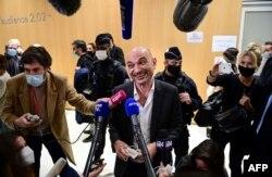 Pengacara Charlie Hebdo Richard Malka (tengah) memberikan keterangan kepada pers di gedung pengadilan Paris, 16 Desember 2020, usai sidang 14 orang yang dicurigai sebagai kaki tangan dalam pembunuhan jihadis Charlie Hebdo dan Hyper Cacher.