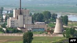 지난 2008년 6월 냉각탑(오른쪽) 폭파를 앞두고 촬영한 북한 영변 핵시설.