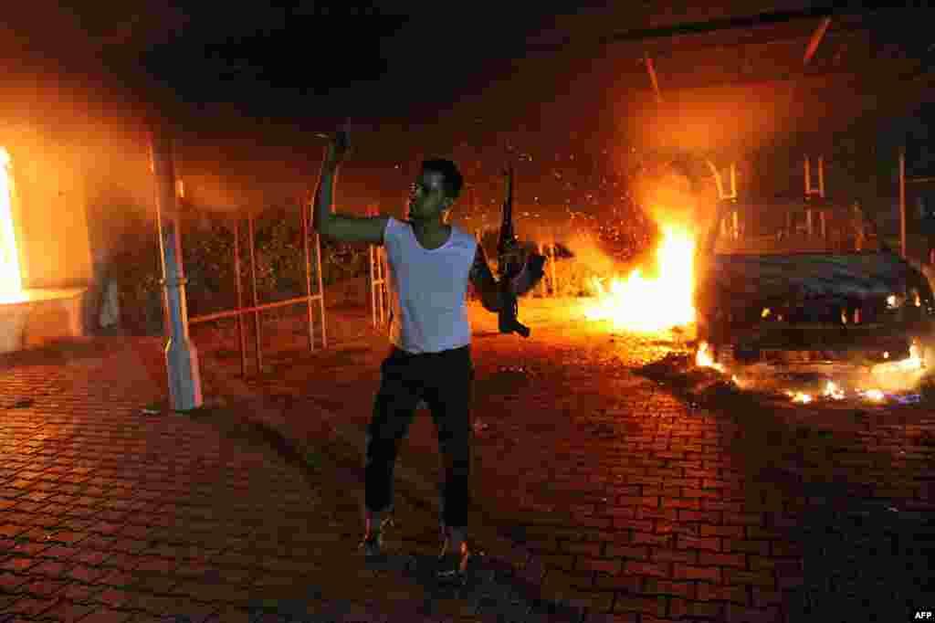 Um dos atacantes, junto ao consulado dos Estados Unidos em Benghazi, na Líbia