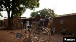 Photo d'archives (4 février 2014) : Giovanni Mougounou, 10 ans, est condamné à vivre en fauteuil roulant après avoir perdu ses jambes dans une attaque armée en avril 2013 dans le quartier Boy Rabe de Bangui, en République centrafricaine.