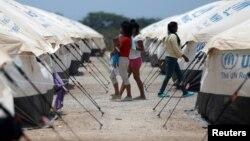 រូបភាពឯកសារ៖ ពលរដ្ឋវ៉េណេស៊ុយអេឡាដើរកាត់ជំរំរបស់ទីភ្នាក់ងារ UNHCR នៅក្នុងប្រទេសកូឡុំប៊ី កាលពីថ្ងៃទី៧ ខែឧសភា ឆ្នាំ២០១៩។