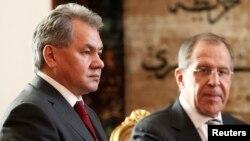 러시아 세르게이 쇼이구 국방장관(왼쪽)과 세르게이 라브로프 외무장관(오른쪽)이 14일 이집트 카이로에서 아들리 만수르 임시 대통령과 회담했다.