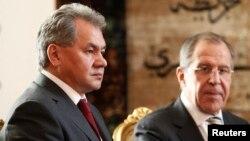Menhan Rusia Sergei Shoigu (kiri) dan Menlu Rusia Sergei Lavrov (foto: dok). Menhan Soigu hari Selasa (29/4) mengecam peningkatan militer NATO di Eropa Timur.
