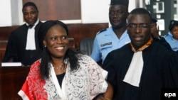 L'ancienne première dame de la Côte-d'Ivoire, Simone Gbagbo, à gauche, est accompagnée de son avocat, au premier jour de son procès à la Cour Abidjan Justice, Côte-d'Ivoire, 31 mai 2016.