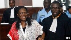 L'ancienne première dame de la Côte-d'Ivoire, Simone Gbagbo, à gauche, est accompagnée de son avocat, au premier jour de son procès à Abidjan, 31 mai 2016.