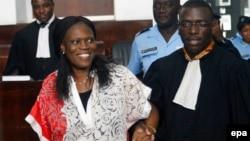 L'ancienne première dame de la Côte-d'Ivoire, Simone Gbagbo, à gauche, est accompagnée de son avocat, au premier jour de son procès à la Cour de justice d'Abidjan, Côte-d'Ivoire, 31 mai 2016. epa / LEGNAN KOULA