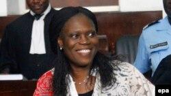 L'ancienne première dame de la Côte-d'Ivoire, Simone Gbagbo est accompagnée de son avocat, au premier jour de son procès à la Cour d'Abidjan, Côte-d'Ivoire, 31 mai 2016. epa / LEGNAN KOULA