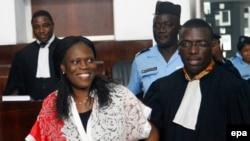 L'ancienne première dame de la Côte-d'Ivoire, Simone Gbagbo, à gauche, est accompagnée de son avocat, au premier jour de son procès à la Cour de Justice d'Abidjan , Côte-d'Ivoire, 31 mai 2016. epa / LEGNAN KOULA