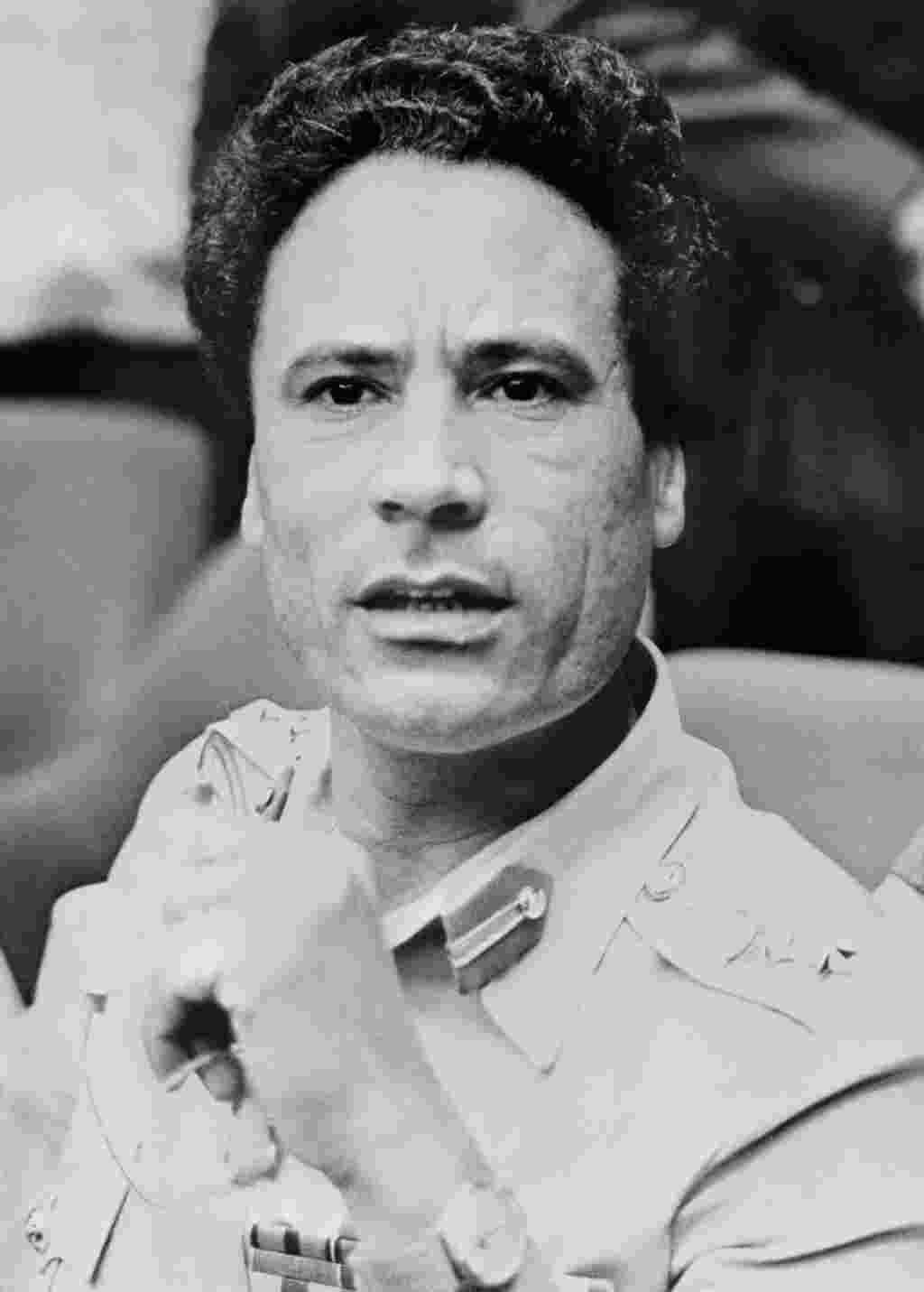 این عکس در ۴ اوت ۱۹۷۵ در کامپالا برداشته شد. سرهنگ معمر قذافی بعنوان رییس کشور لیبی در کنفرانس سران سازمان وحدت آفریقا شرکت کرد.