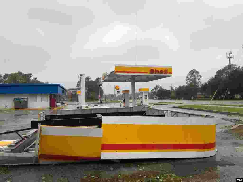 Vientos del huracán Florence destruyen gasolinera en Carolina del Norte.