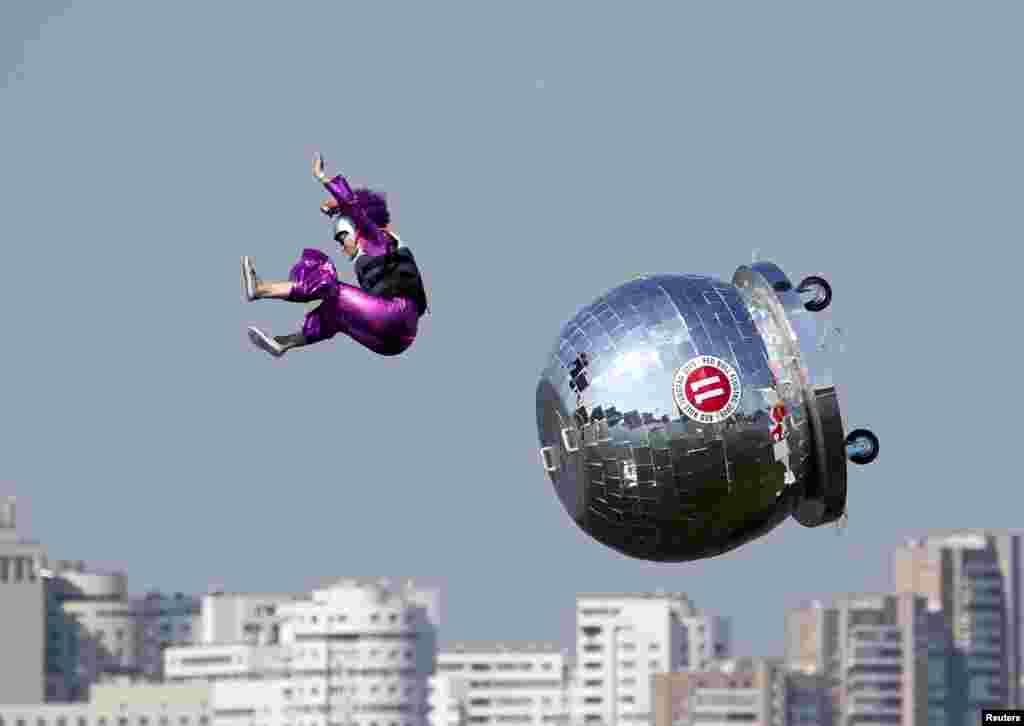 Seorang peserta terjatuh dalam sebuah kompetisi di Moskow, Rusia.