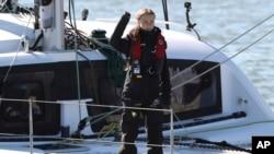 Aktivis iklim Greta Thunberg melambaikan tangannya setibanya di Lisbon dengan kapal katamaran La Vagabonde, Selasa, 3 Desember 2019.