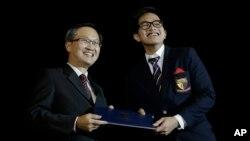 Kaesang Pangarep (kanan), saat menerima sertifikat kelulusan untuk Program Diploma Baccalaureate Internasional di Anglo Chinese School (International), di Singapura, Jumat, 21 November, 2014. (Foto: dok).