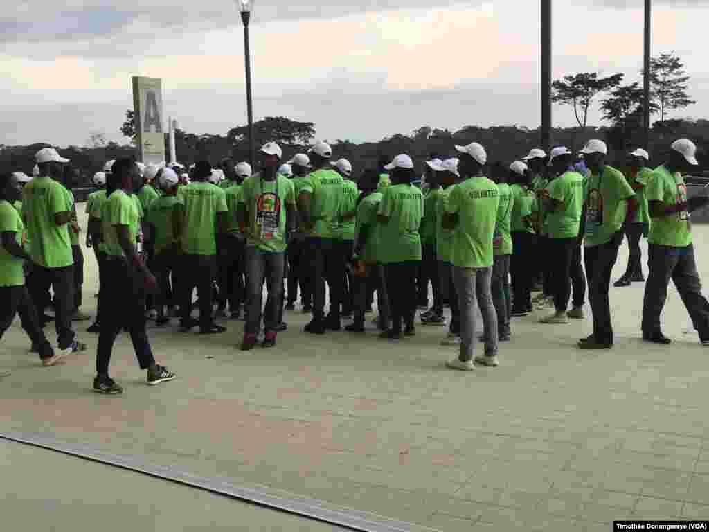 Des dernières instructions sont donnés au stade d'Oyem, au Gabon, le 25 janvier 2017. (VOA/Timothée Donangmaye)