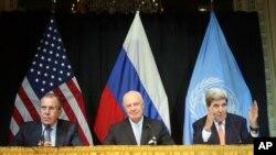 Ngoại trưởng Nga Sergey Lavrov (trái), Đặc phái viên Liên Hiệp Quốc về Syria Staffan de Mistura và Ngoại trưởng Hoa Kỳ (phải) phát biểu trong buổi họp báo sau cuộc họp tại Vienna, Áo, ngày 30/10/2015.