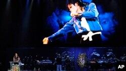 Queen Latifah habla durante el funeral de Michael Jackson, el 7 de julio de 2009, en el Staples Center en Los Angeles.