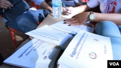 Test cards and books are used by health agents to conduct blood test for HIV on residents in Peam village, Kandal province, on Monday, Feb 22, 2016. (Photo: Aun Chhengpor/VOA Khmer)
