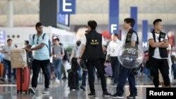 香港警方在機場離境大堂巡邏。