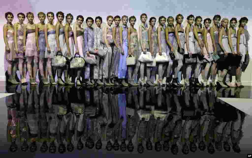 20일 이탈리아 밀라노에서 패션주간이 열리고 있는 가운데, 모델들이 디자이너 엠포리오 알마니의 2014 봄여름 신상품을 선보이고 있다.
