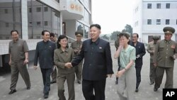 평양 창전거리에 새로 건설된 경상탁아소를 시찰하는 북한 김정은(사진중앙) 국방제1위원장