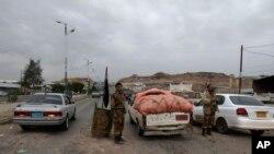 2013年8月4日也门士兵在也门萨那检查通往美国大使馆的车辆