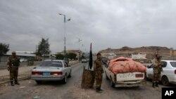Pasukan Yaman melakukan pemeriksaan mobil-mobil yang akan menujuke Kedutaan AS di ibukota Sanaa, Minggu (4/8).