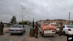 2013年8月4日也門軍人在通往美國駐也門首都薩那大使館的一個檢查站檢查車輛。
