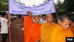 """Around 200 people participated in a """"peace walk"""" in the northern town of Anlong Veng, Cambodia, on Friday, May 24, 2013. Of the 200 marchers, not all were Buddhists. There were those who represented Islam, Christianity and Taosim, as well. Some came from Thailand, and at least two people were Chinese living in Cambodia. (Theara Khuoun/VOA Khmer)"""