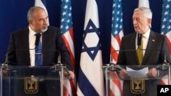 Sekretar za odbranu SAD, Džim Matis (desno) i izraelski ministar odbrane Avigdor Liberman na pres konferenciji u Ministarstvu odbrane Izraela, Tel Aviv, Izrael, 12. aprila 2017. (Jonathan Ernst/Pool Photo via AP)