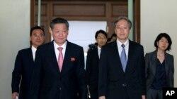 Junichi Ihara, kepala Biro Asia dan Oceania Kementerian Luar Negeri Jepang, kanan dan Song Il Ho, Duta Besar Korea Utara, kiri, di Kedutaan Besar Korea Utara di Beijing, China.