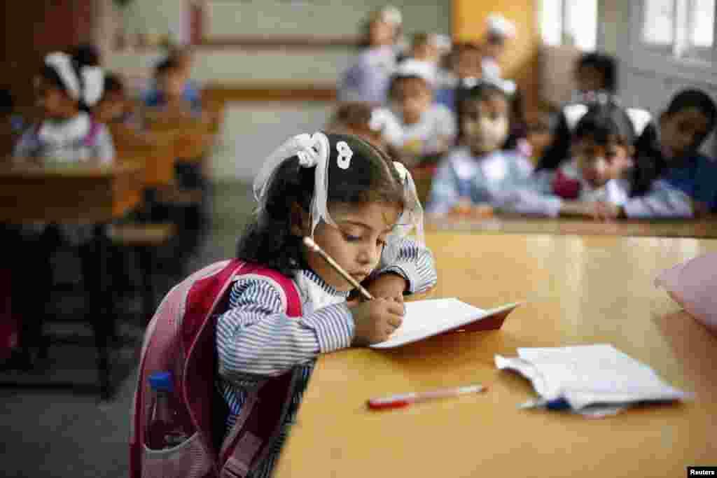 اقوام متحدہ کے اداراہ برائے تعلیم، سائنس اور ثقافت (یونیسکو) کے مطابق پرائمری اسکول جانے کی عمر والی تین کروڑ 10 لاکھ بچیاں اسکول نہیں جا رہی ہیں۔