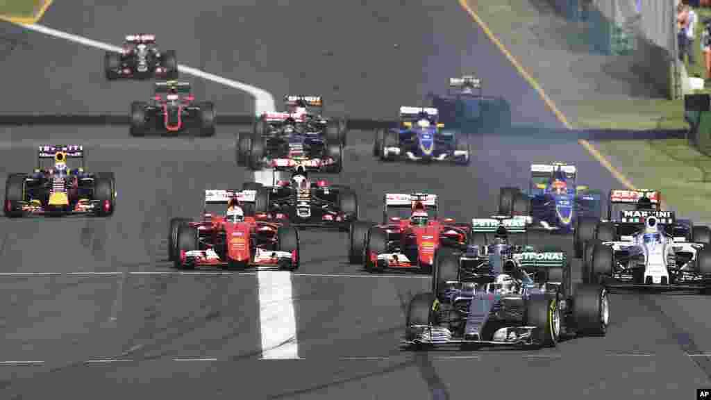 Piloto da Mercedes Lewis Hamilton (44) lidera o início do Grand Prix Australiano, em Melbourne.