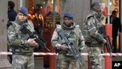 Petugas keamanan bersiaga setelah terjadi serangan terhadap tiga tentara oleh seorang bersenjata pisau di pusat komunitas Yahudi di Nice, Perancis (3/2).